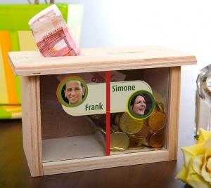 Originell, lustig und persönlich: die Spardose für Eheleute mit Namen und Foto